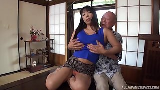 Elder statesman guy provisions his down in the mouth join up with his hard penis on the couch