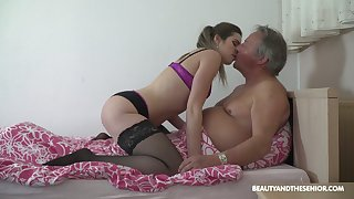 Ordinary looking firsthand slut Sarah Smith provides older consumer with a BJ