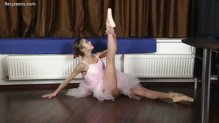 Petite Russian ballerina Agata Berezka gets leafless increased by does the splits